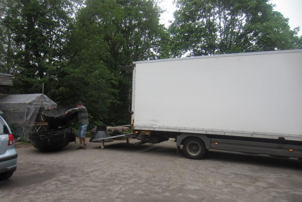 Jass Kaselaan tõstab oma teose osasid Tallinnas Rajal veoautosse