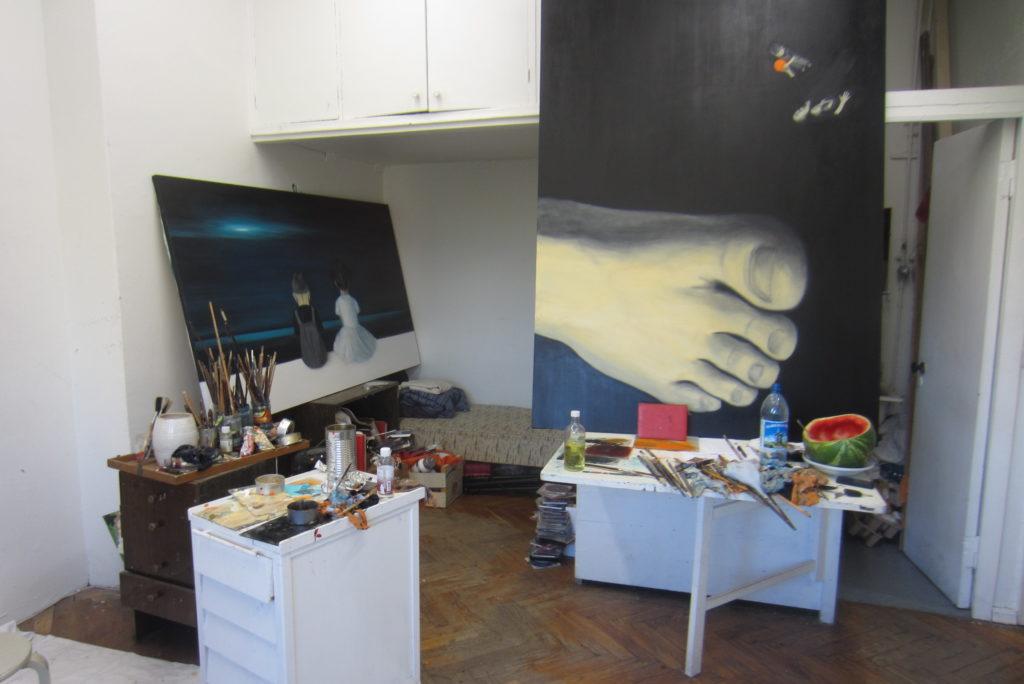 Ateljees maalimas Hobusepea galerii näituseks. 2014